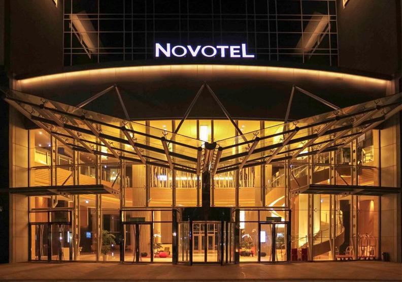 諾富特旅館混住讓疫情失控,台灣幾乎已經進入社區感染的階段,無奈兩個月前的公文還在旅行,疫情卻瞬間爆發。圖片來自台北諾富特華航桃園機場飯店官網