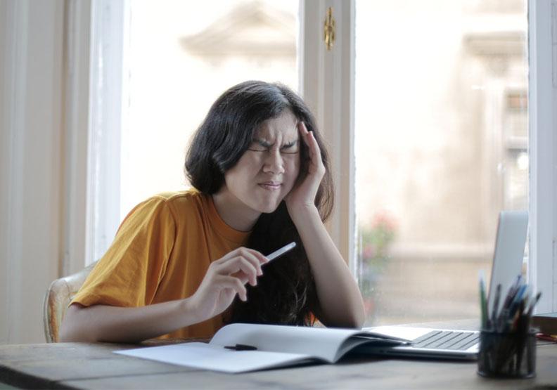 長期偏頭痛、肩頸痛、睡不好?快照鏡子看牙齒有沒有這些問題