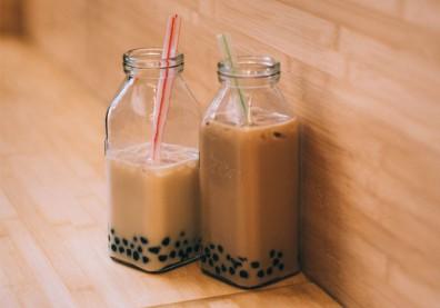 喝茶好,還是鮮奶茶?手搖飲熱量、成分圖解比一比