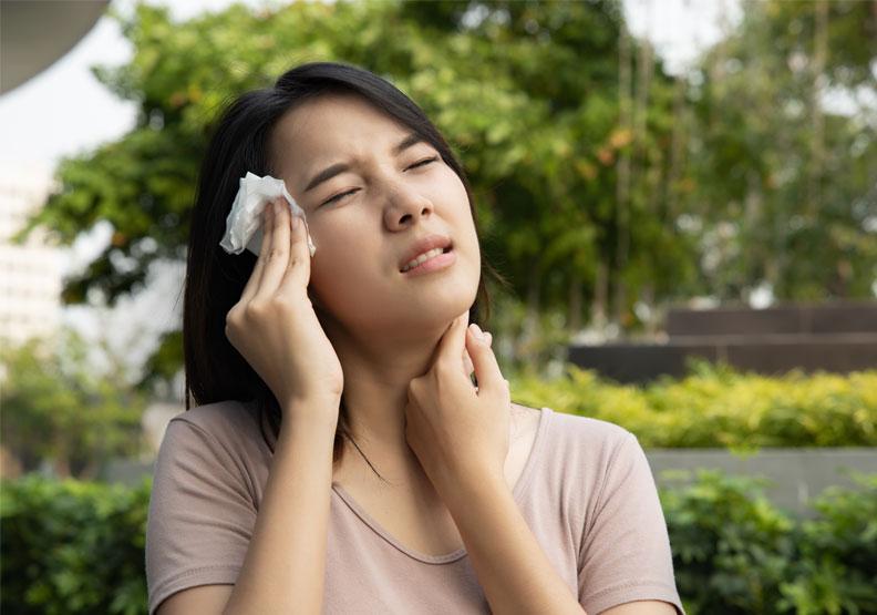 夏季三伏時節,由於高溫、低壓、高濕度的作用,人體汗液不易排出,出汗後不易被蒸發掉,因而會使人煩躁、疲倦、食慾不振,易發生胃腸炎、痢疾等。僅為情境配圖,取自shutterstock