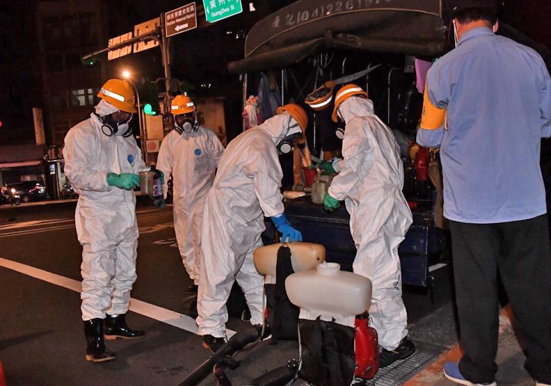 台北市萬華區進行大消毒,台北市政府提供。