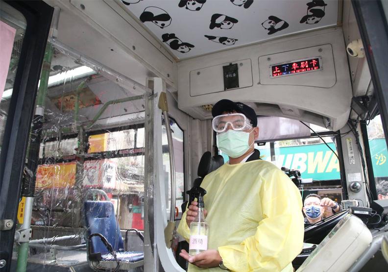 和平醫院「隔離專用巴士」。陳之俊攝
