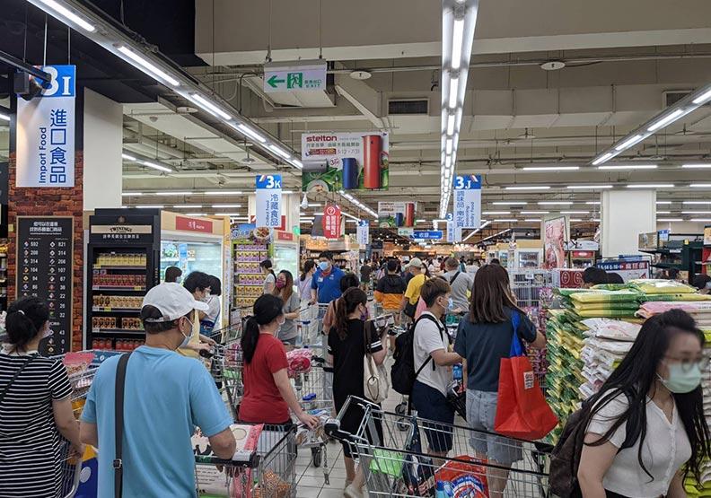 本土疫情大爆發的週末期間,民眾塞爆各大超市搶買物資。林耘彤攝
