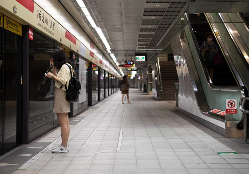 台北疫情突然爆發,外出搭乘大眾交通工具的民眾明顯減少許多。遠見池孟諭攝影