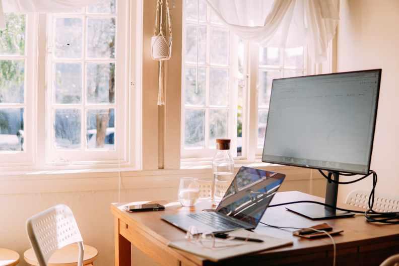 在家辦公最重要的是有自己的專屬小空間,可以隔絕家人、專心工作。圖片來自pexels
