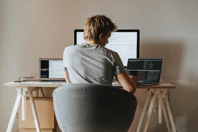 在家上班的時間也需要公私分明,否則容易無止境的加班,無法放鬆。圖片來自pexels