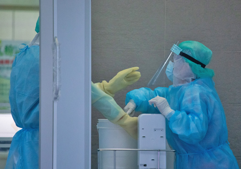 第一線的醫護人員擔心脫下隔離衣容易被病毒汙染,每每連喝口水都變成奢侈。遠見池孟諭攝影