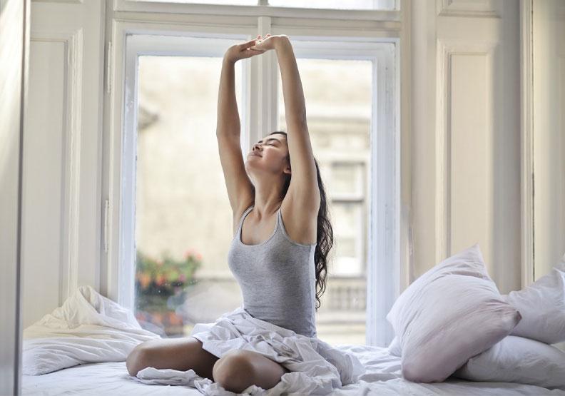 免器材!廚房、浴室都行,在家也可以做的4招美身塑體操