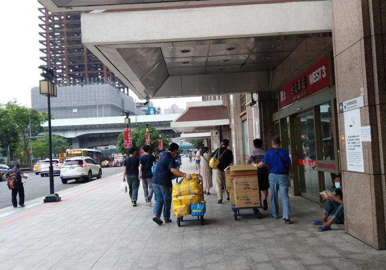 NGO組織發送物資包給台北車站的街友,林立青提供。