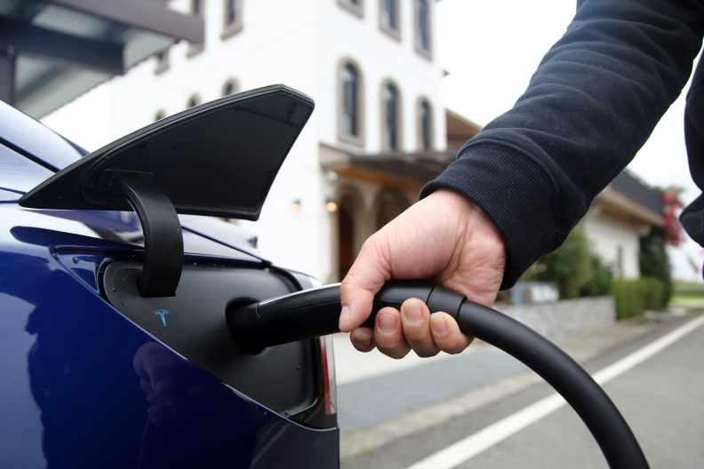 台電或可轉投資成立另類電業子公司,在電力市場上提供創新運營模式,圖為電動車正在充電。遠見陳之俊攝影
