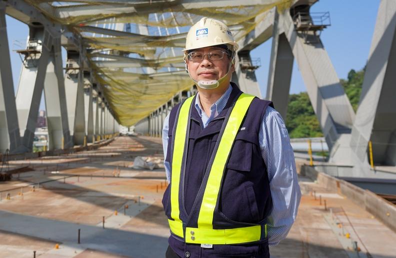 負責安坑輕軌鋼構工程的新亞鋼構所的方奕燊所長,帶領團隊完成國內最長跨徑軌道橋,在軌道橋梁建構上創許多國內先例。