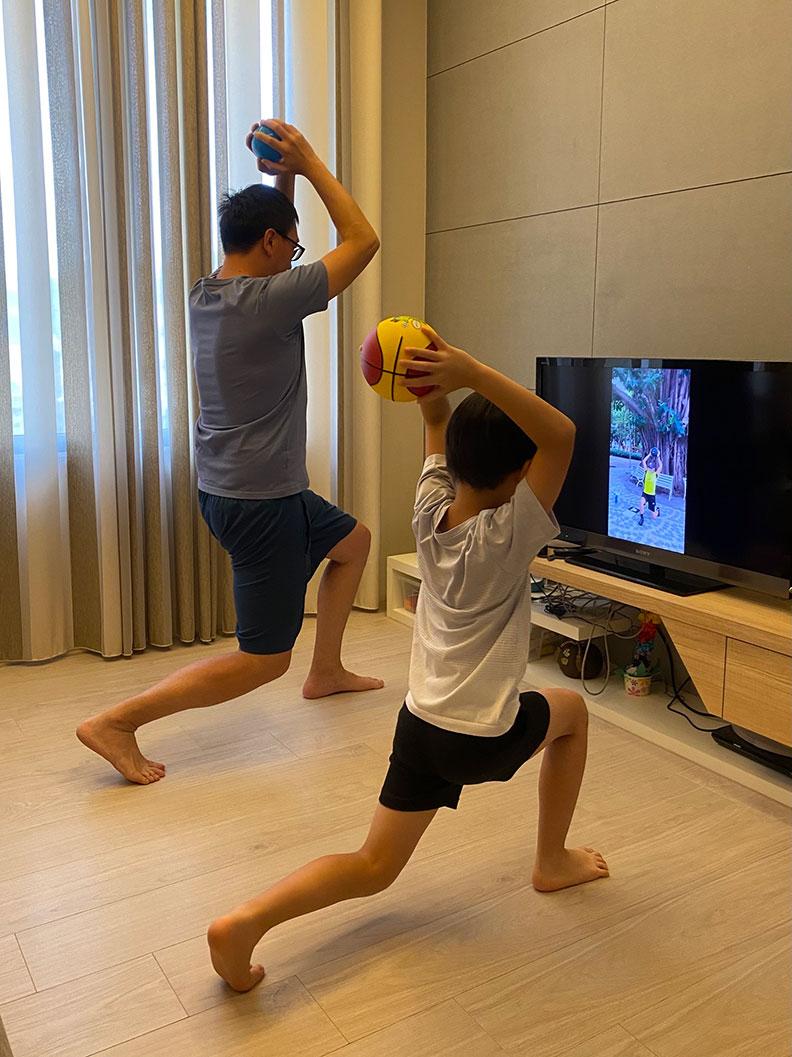 親子互相鼓勵一同做伸展操。董氏基金會心理衛生中心提供