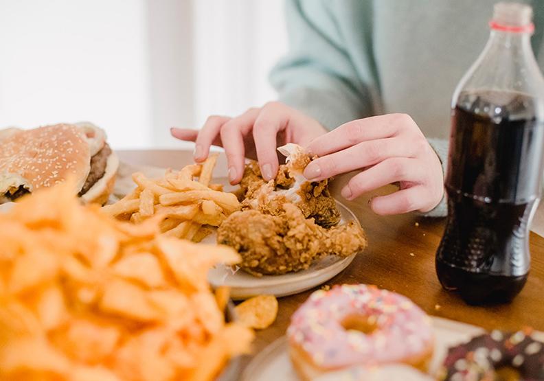 嗜吃洋芋片、速食、可樂、加工食品、重口味等食物的飲食習慣,也是加遽白髮問題發生的罪魁禍首之一。僅為情境配圖,取自Pexels