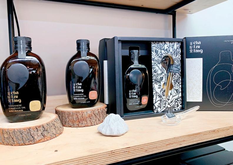 茶籽堂生產的苦茶油,外型包裝猶如一瓶威士忌。圖片由天下文化提供