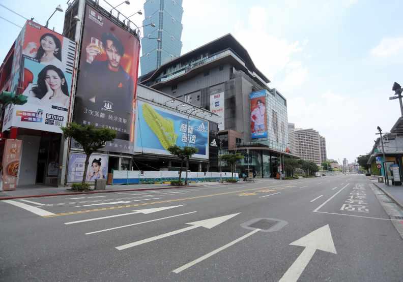 台灣疫情突然爆發開來,國人開始自主封城,信義區幾乎呈現淨空狀態。遠見張智傑攝影