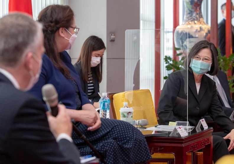 疫苗之戰已演變成一場美中台大戲?圖為蔡英文總統歡迎美聯邦參議員達克沃絲(Tammy Duckworth)等人抵台。圖片來自總統府官網