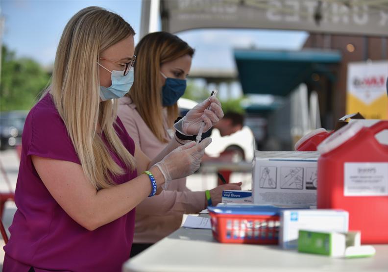 「疫苗觀光」成新趨勢?美國多州祭免費接種吸客,一下機就能打!