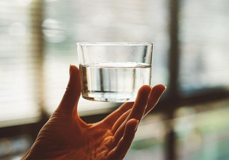 防疫口罩戴緊緊忘了喝水?小心四大健康問題找上你