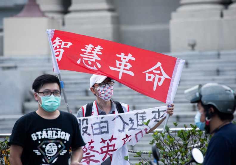 疫苗供給太慢且不足,總統府前的抗議群眾舉著智慧革命的布條。遠見池孟諭攝影