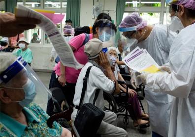 老人疫苗開打「比擠菜市場還擠」!民眾大罵「變相長輩群聚」