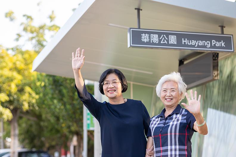 在彰化,公車是最主要的大眾運輸工具,幸福候車亭透過智慧站牌的引入,提高通勤者的舒適感。