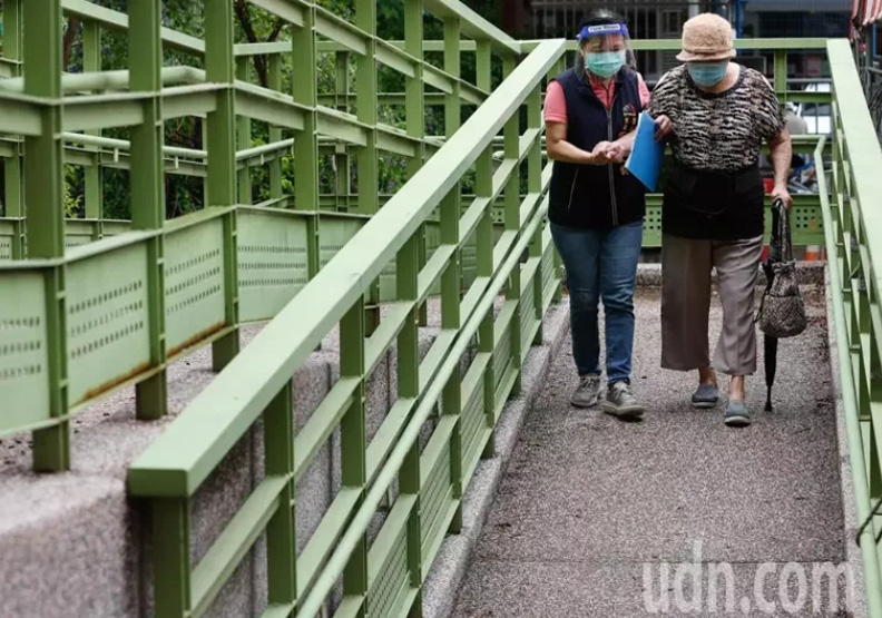 里長何唐文鈴一早就前往台中市西屯區中山國中等候里民,聯合新聞網提供。