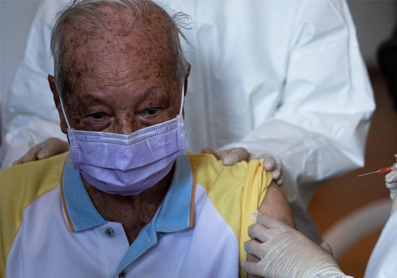 「疫苗」釀兩天11長者猝逝?感染科醫師:年齡、時間點對不上