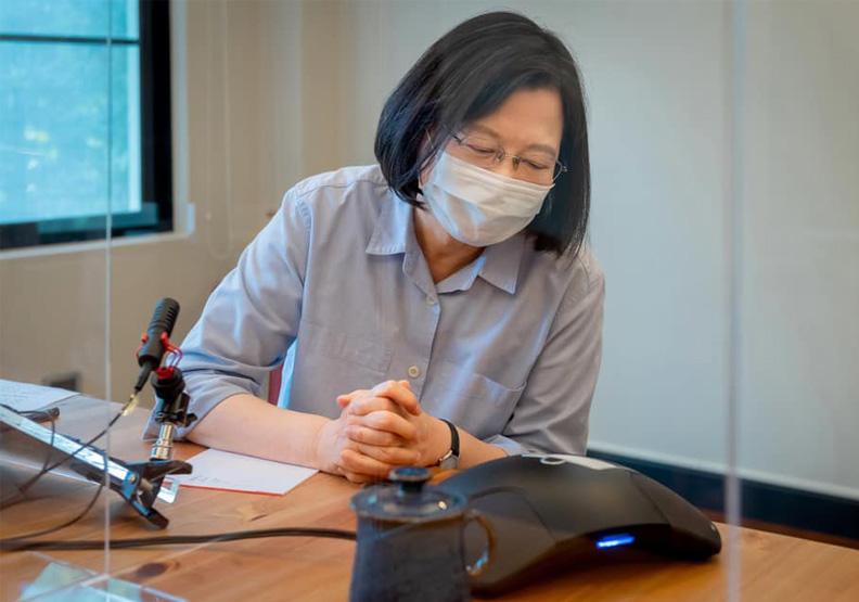 「小英總統打給我!」蔡英文致電感謝賈永婕、黃光芹捐贈與付出