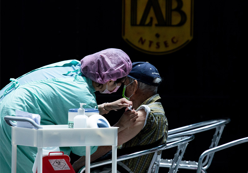 長者打莫德納還AZ疫苗好?專家曝英美4大國死亡數字