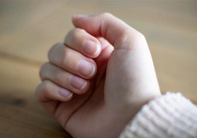 不用血氧機,按壓指甲就可以評估身體是否缺氧?專家解答