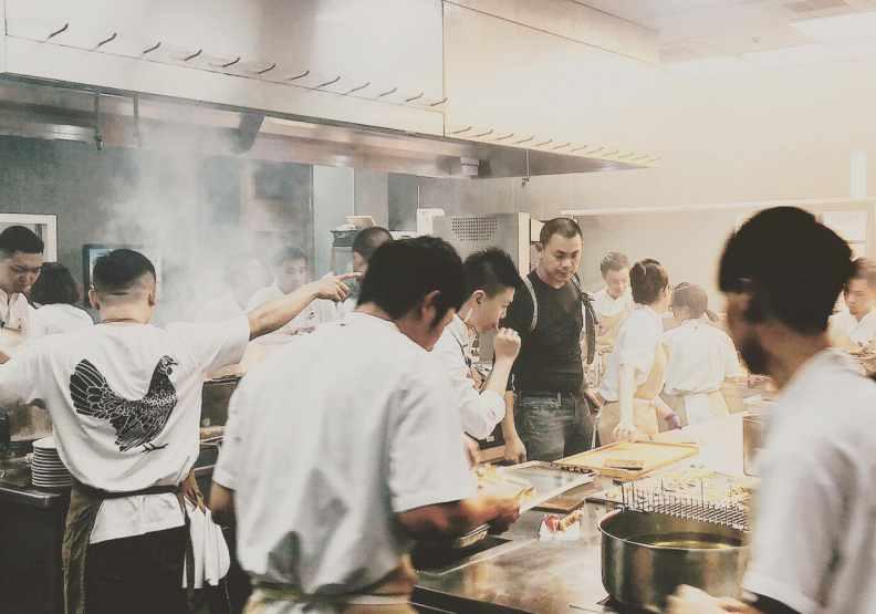 江振誠與RAW員工一整年都很忙,他希望不斷研發新菜色。圖片來自臉書@rawtaipei