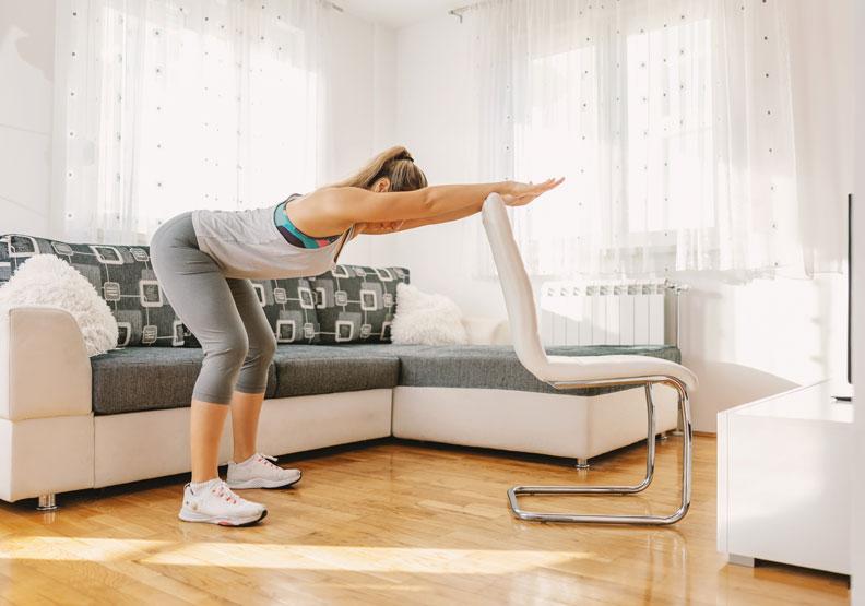 宅在家也能練肌力!圖解5招椅子操,居家防疫輕鬆動