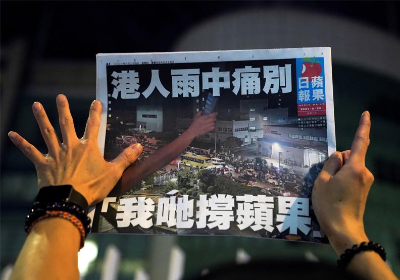 港人雨中痛別!香港《蘋果日報》「被倒下」的媒體啟示錄