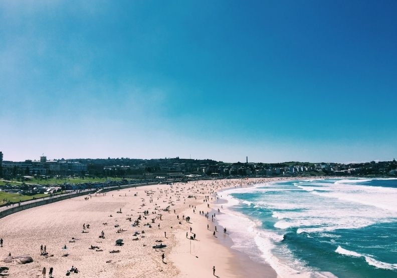 澳洲第一大城雪梨和邦迪海灘(Bondi Beach)等東部郊區,因Delta變異株的疫情擴散,已實施封鎖措施。Photo by Paula-Jorunn Naes on Unsplash