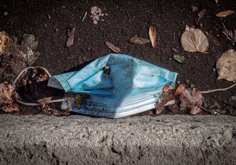 大流行期間一次性口罩和手套用量增加,廢棄物和亂丟垃圾問題跟著浮現,Unsplash by Elizabeth McDaniel