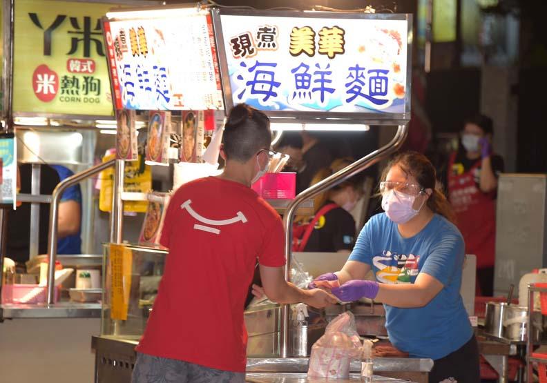 寧夏夜市微解封出現人潮,台北市政府提供。