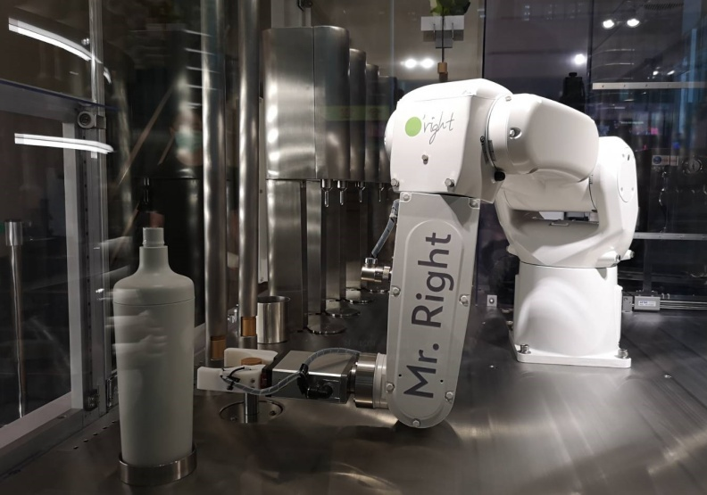歐萊德全球首家「±R計畫」概念店坐落在台北永康商圈,白色無菌充填機械手臂是所有人注目的焦點。廖君雅攝