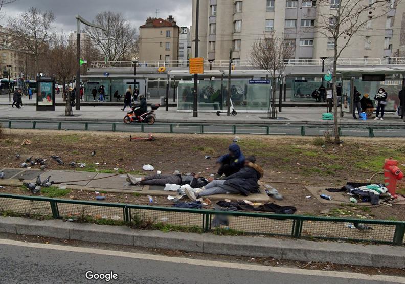 巴黎市區除了滿地垃圾,還有滿地亂躺的人,Twitter@saccageparis。