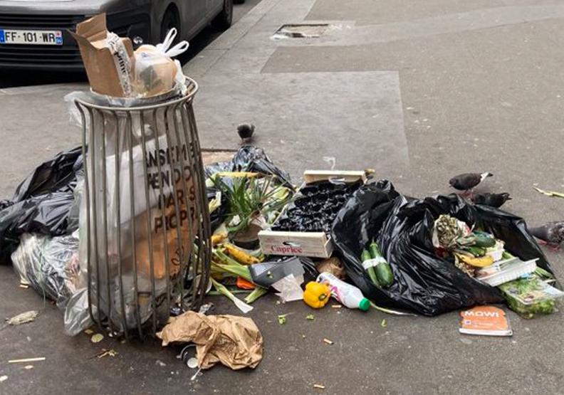 巴黎街道上隨處可見廢棄物,Twitter@saccageparis。