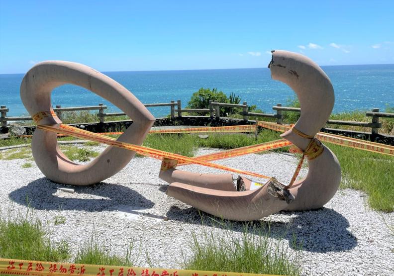 風吹日曬加地震,東海岸打卡景點石門班硝角雙心石雕「心碎」