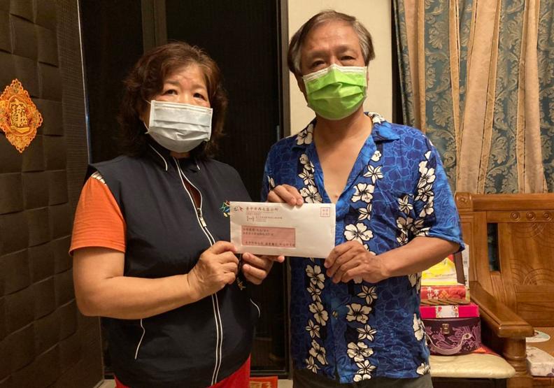 台中市的鄰里長,逐戶發送接種疫苗通知單,台中市政府提供。
