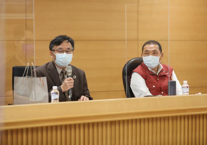 公衛專家給予精確的建議,其中成員包括公台大流行病學與預防醫學研究所教授陳秀熙(圖左),新北市政府提供。