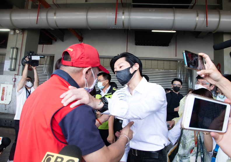 環南市場自治會長林勝東(圖左)在記者會現場怒嗆立委林昶佐(圖右),池孟諭攝影。
