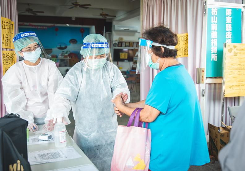 屏東縣府緊急設立枋山社區篩檢站,屏東縣政府提供。