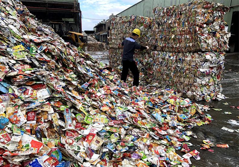 廢紙容器將塞爆台灣?疫情下「這類回收」恐銳減