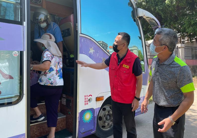 金門縣政府協調公所派車接送長者,到大型接種場,金門縣政府提供。