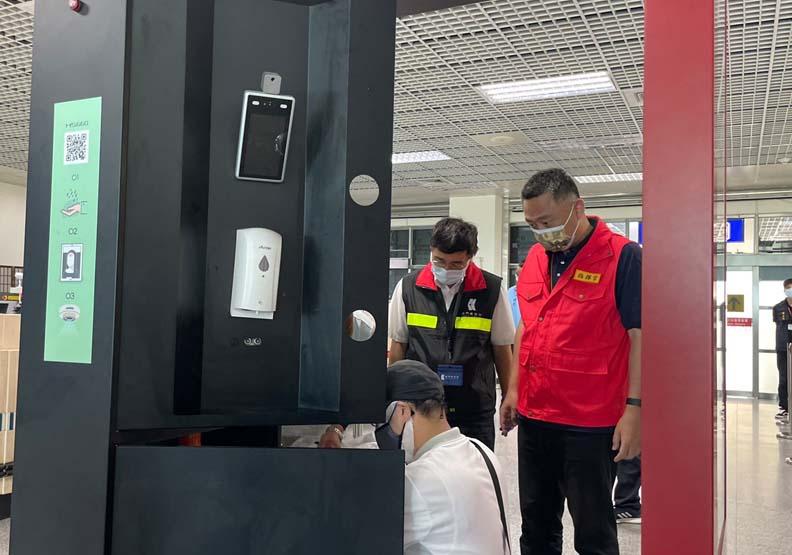 楊鎮浯視察尚義機場清消門,金門縣政府提供。