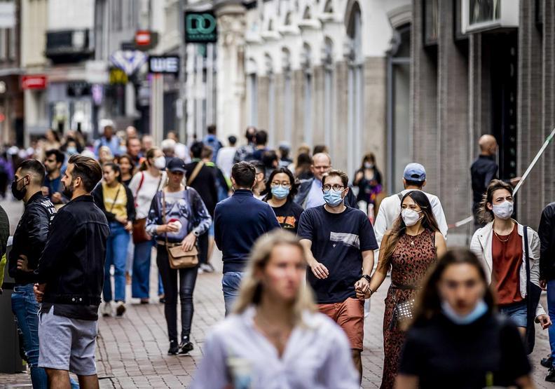 其實在荷蘭街頭,戴好口罩的人並不多。EPA