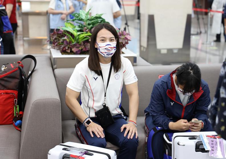 舉重國手郭婞淳跟隨東奧代表團19日抵達羽田機場,取自中華奧會FB。