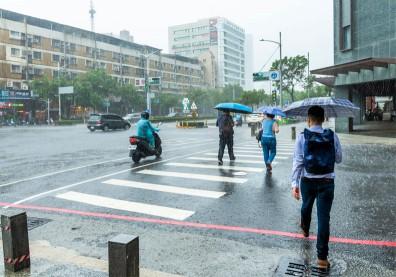 下雨天淋濕千萬別做這動作!小心釀感染,下場「又癢又腫」